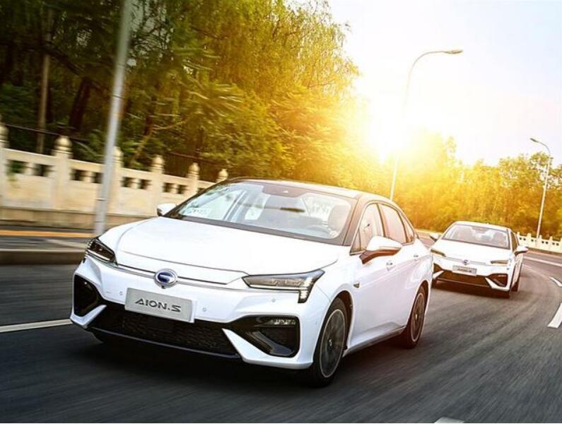 """""""快充""""""""换电""""引争议 新能源汽车还需爬坡过坎"""
