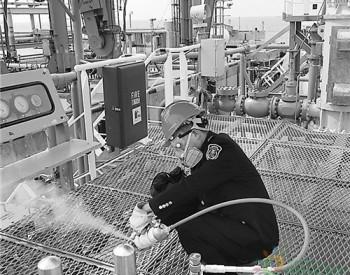 上海检验检疫局工作人员在一艘来自韩国的低温<em>冷冻液化</em>石油<em>气</em>船舶上进行现场采样