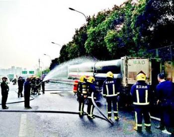 武汉武昌区:<em>天然气罐车</em>三环线上突然起火