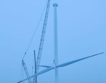 山东东明东南风电项目首台风机吊装成功