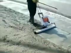 萨奥充电式自动震动抹平去脚印混凝土路面覆膜机