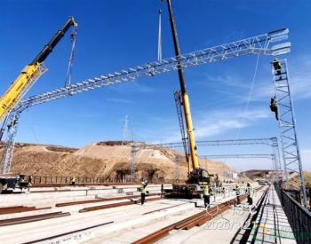 青春塔煤矿专用线项目部成功架设接触网第一根硬横梁