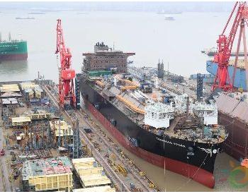 沪东中华首制大型LNG-FSRU如期出坞