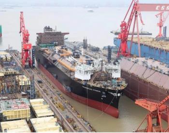 我国首款大型液化天然气存储和再气化装备船下水