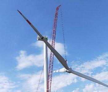 全球最大<em>清洁能源</em>基地首台风机吊装成功