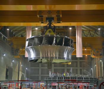 东方电气研制的全球首台百万千瓦水电机组精品<em>转轮</em>成功吊装