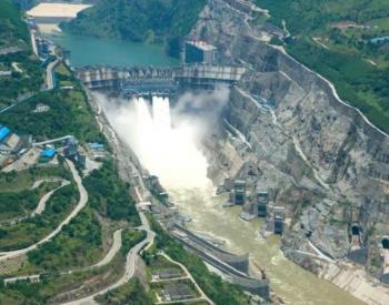 中国能建葛洲坝机电公司成功吊装世界首台长短叶片百万千瓦水电机组<em>转轮</em>