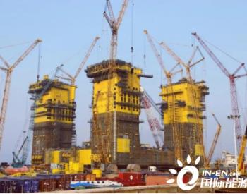 我国自主建造全球首个万吨级半潜式储油平台船体在山东青岛西海岸新区完工