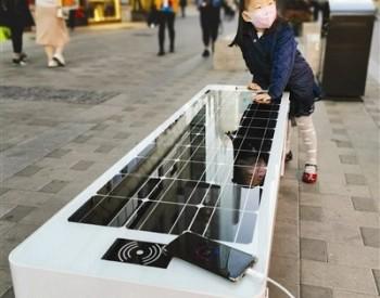 除了坐还能充电!天津金街出现太阳能光伏座椅
