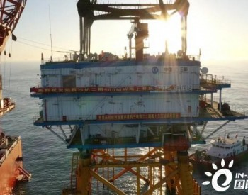 国内首座斜桩植入嵌岩导管架基础升压站完成安装!