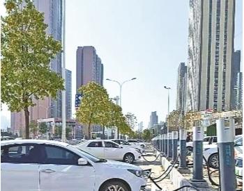 新能源车扎堆占人行道充电