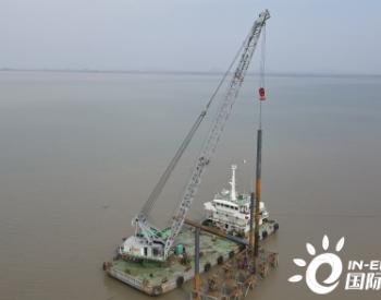 国内最大的海岸滩涂光伏工程挡浪墙海上作业正式启