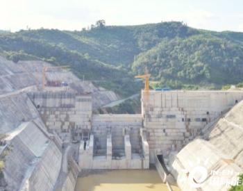 老挝南俄4水电站右岸碾压大坝封顶