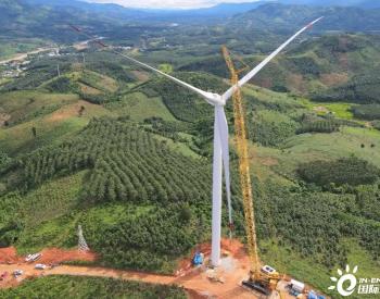 越南昆嵩风电项目首台风机吊装完成